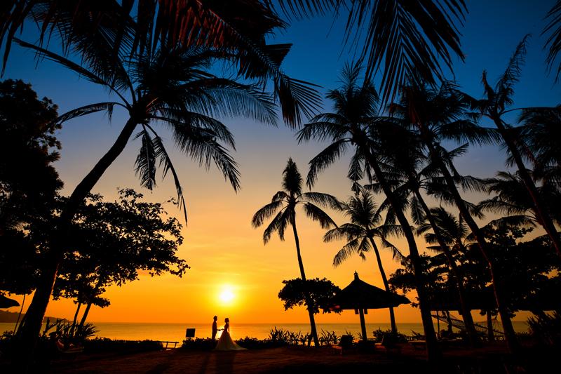 椰子の木と海とサンセットと ウェディング風景